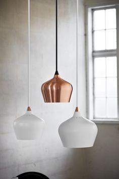 Lámpara colgante con un diseño elegante.  El uso de bronce y latón son casi indispensable en el diseño de interiores!