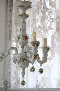 Shabby Chic, I have a Capadamante chandelier similar to this one, but with pink roses. Romantic Cottage, Shabby Chic Cottage, Vintage Shabby Chic, Shabby Chic Homes, Cottage Style, Romantic Homes, White Cottage, Cottage Design, Chandelier Bougie