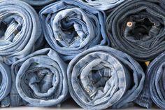 A organização das calças jeans pode fazer dobrar o espaço disponível no armário, diz a organizadora Karla Fernanda