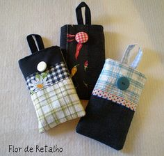 Capas para celular... Small Sewing Projects, Sewing For Kids, Sewing Tutorials, Sewing Patterns, Disney Diy Crafts, Fabric Wallet, Pouch Pattern, Denim Crafts, Sewing Class