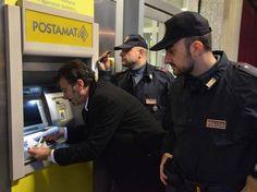 """Scopre il trucco della """"forchetta"""" nel Bancomat: la Polizia sventa un furto"""