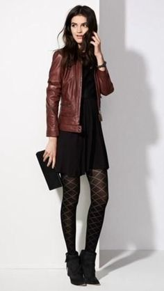 Vestido negro con botines marrones