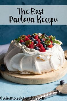 Looking for an elegant dessert to serve at your next dinner party? This pavlova is an easy recipe, perfect for a crowd. A classic Australian dessert, the pavlova is definitely a show stopper. This is a gorgeous dessert for all year r Australian Desserts, Australian Pavlova Recipe, Elegante Desserts, Dessert Halloween, Dessert Crepes, Just Desserts, Desserts For Dinner Party, Light Desserts, Gourmet Desserts