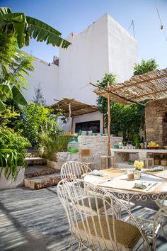 Attention ! ! ! Coup de coeur ! ! Bienvenue chez «La Famille.» Une des particularités de Marrakech, c'est les pépites, oui je dis bien pépites que l'on peut trouver en se p…
