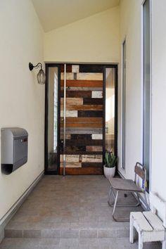 さまざまな表情の古材を組み合わせて作られた玄関ドア。