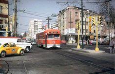 Un tranvía color naranja circula por avenida Coyoacán en la colonia del Valle en 1973. El tranvía pasa con rumbo al sur, mientras los autos de la izquierda, donde sobresale un taxi amarillo, parecen impacientes por avanzar FOTO: Cortesía: J. Testagrose