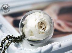 *Echte Rosenblüte* Halskette Rose weiss von JanoschDesigns auf DaWanda.com