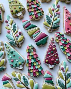 Christmas Tree Cookies, Noel Christmas, Christmas Baking, Christmas Cookies, Flower Sugar Cookies, Sugar Cookie Royal Icing, Iced Sugar Cookies, Fancy Cookies, Cute Cookies