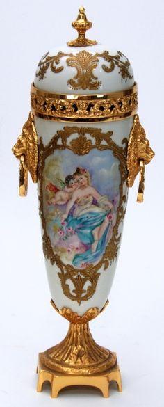 SÈVRES. Ânfora em porcelana branca com detalhes em bronze. Corpo balaustrado decorado em policromia