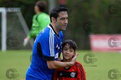 Resultados da Busca - Gazeta Press Chicão, jogador do Flamengo, e seu filho, durante treino 12/10/13