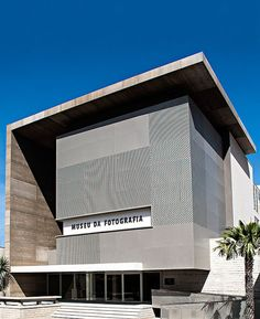 Image 1 of 28 from gallery of Fortaleza Photography Museum / Marcus Novais Arquitetura. Photograph by Celso Oliveira Cubic Architecture, Office Building Architecture, Modern Architecture Design, Building Exterior, Building Facade, Commercial Architecture, Facade Design, Concept Architecture, Residential Architecture