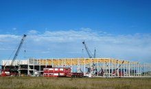 Mooie combinatie van prefab beton met houten spanten bij Alcoa Architectuursystemen in Harderwijk.
