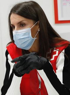 Queen Letizia visited Red Cross (Cruz Roja Spain) office in Madrid. Spanish Queen, Spanish Royalty, Spanish Royal Family, Firefighter Quotes, Volunteer Firefighter, Cristiano Ronaldo, Red Cross Volunteer, Camille Gottlieb, Madrid