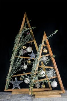 Today, there's a DIY deco idea for Christmas with some super cool DIY ideas for decorating Christmas Driftwood Christmas Tree, Primitive Christmas, Christmas Wood, Christmas Time, Black Christmas Decorations, Christmas Tree Themes, Tree Decorations, Christmas Ornaments, Christmas Crafts To Make And Sell