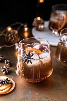 Vanilla Chai Old Fashioned. Cozying up with this Vanilla Chai Old Fashioned. Homemade spiced chai simple syrup, mixed with warming bourbon, winter citrus, a touch of va Beste Cocktails, Bourbon Cocktails, Winter Cocktails, Holiday Cocktails, Cocktail Drinks, Cocktail Recipes, Drinks With Bourbon, Spiced Rum Drinks, Champagne Cocktail