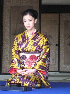 Yu Aoi in kimono Kimono Chino, Yukata Kimono, Kimono Dress, Japanese Costume, Japanese Kimono, Japanese Girl, Japanese Textiles, Traditional Kimono, Traditional Outfits