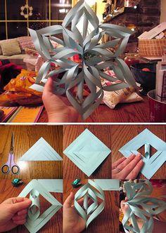 Dobre o papel em um triângulo e desenhe seis linhas (veja a foto). Recorte as linhas deixando cerca de um centímetro na ponta sem cortar. Abra o papel e cole uma extremidade. Faça isso até o final. Repita todo o processo mais cinco vezes. E depois una todos para formar o floco de neve!