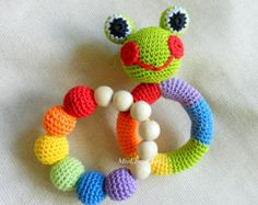 Baby Rattle Set 2 Crochet Baby Toy Rainbow Grasping and .- Baby Rassel Satz 2 häkeln Baby Spielzeug Rainbow greifen und Zahnen Spielzeug F… Baby Rattle Set 2 Crochet Baby Toy Rainbow Grab and Teething Toy Frog Filled Toy Gift for Baby Girl Boy - Crochet Baby Blanket Beginner, Crochet Baby Toys, Crochet Gifts, Crochet For Kids, Crochet Dolls, Crochet Frog, Baby Knitting Patterns, Crochet Patterns, Teething Toys