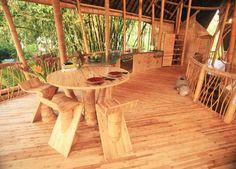 En Bali el estudio IBUKU ha diseñado esta increíble villa ecológica con casas hchas con bambú, siguiendo el diseño y estilo tradicional...