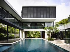 Singapore House Design Andrew Road on Adjacent Highway : Outdoor Infinity Pool In Square Foot Contemporary Bungalow Architecture Résidentielle, Contemporary Architecture, Style At Home, Swimming Pool Designs, Swimming Pools, Casa Patio, Modern Pools, Courtyard House, Modern House Design