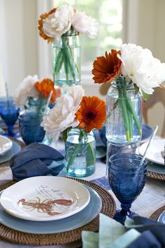 Vintage mason jars add interest to a summer tablescape | This bright table setting is perfect for a clambake or other summer entertaining | #Designthusiasm