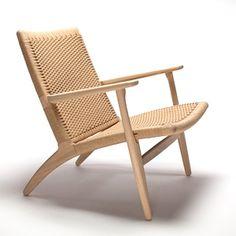 CH25 Stol af Hans J. Wegner. En af Wegners smukke armstole i eg med flet i natur papirgarn. Køb CH25 armstol fra Carl Hansen i webshoppen.