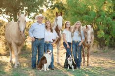 Family Photography with horses by Kirstie Marie Photography Western Family Photos, Farm Family Pictures, Large Family Photos, Family Christmas Pictures, Fall Family Photos, Horse Girl Photography, Farm Photography, Toddler Photography, Pictures With Horses