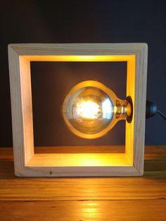 Lámpara hecha a mano de madera reciclada de palet con bombilla led vintage