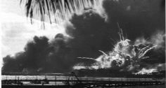 Surpresa. A base americana de Pearl Harbor após o inesperado ataque dos japoneses em dezembro de 1941