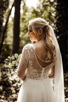 Brautfrisur lange Haare halb hochgesteckt mit Schleier und Rückenkette - Eine Sommernachtstraum Vintage Hochzeit | Hochzeitsblog The Little Wedding Corner