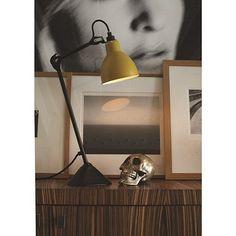 Tafellamp La Lampe Gras met zwart armatuur en een gele kap. Verkrijgbaar bij www.deblauwedeel-verlichting.nl.