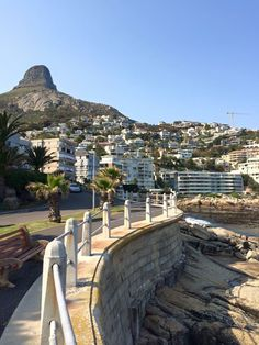 Die promenade in Kaapstad. Oor naweke is allerlei mense besig om hiér die week se stoom af te blaas. Most Beautiful Cities, Beautiful Places To Visit, Great Places, Clifton Beach, Cape Town South Africa, Out Of Africa, Best Cities, Scenery, Images