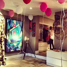 Grande ideia, deixar balões no teto. Lindo ambiente para uma festa de 15 anos