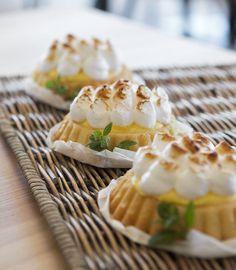 Tea-time mit Zitronentörtchen mit Baiser // Tea time with lemon meringue tartlets Meringue, Camembert Cheese, Food, Merengue, Pies, Essen, Meals, Yemek, Eten