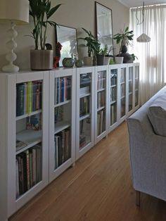 Librería en horizontal que sirve de meseta para objetos decorativos y plantas Bookshelves In Living Room, Ikea Living Room, Living Room Storage, Small Living Rooms, Living Room Designs, Narrow Bookshelf, Bookshelf Wall, Wall Shelves, Small Bedrooms