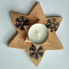 Keramický svícen-hvězda ze světle hnědé hlíny s vločkami barva Pařížská modř Advent, School Clubs, Homemade Christmas Gifts, Winter, Diy And Crafts, Candle Holders, Clay, Candles, Ceramics