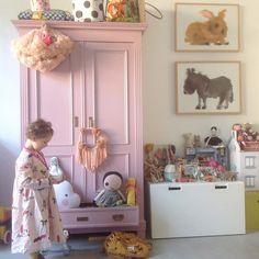 Playtime! Sie hat gerade alle ihre Ketten rausgeholt und spielt. Einen tollen Tag euch. #kidsroom #lifewithkids #kinderkameraccessoires #kinderkamerstyling #barnum #nursery #nurserydecor #nurseryinspo #lifestyle #lebenmitkindern #mumlife ##homedecoration #interiorstyling #prayfortrax #tapfordetails