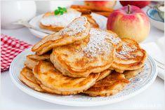 Przepis na lekkie i puszyste placki z jabłkiem na jogurcie greckim. Bardzo proste w przygotowaniu i szybkie placuszki idealne na śniadanie lub kolację. Pancakes, French Toast, Food And Drink, Baking, Dinner, Ethnic Recipes, Breakfast, Cook, Cheap Recipes