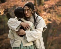 """Yoo Ah In and Shin Se Kyung Have Romantic Embrace on """"Six Flying Dragons"""""""
