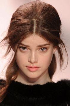 Peinados con raya en medio con fleco suelto   Modelo de Nina Ricci   Planeta de Mujeres