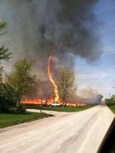 De @HuracanCenter Hoy se reporto un tornado de fuego en Chillicothe, Missouri, EUA