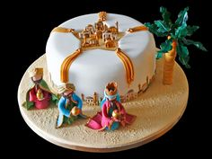 A trinket is hidden inside. It may be a porcelain figure, an almond, or something else. Whoever finds it is king or queen for the day. Cupcakes, Cupcake Cookies, Super Torte, Fondant Animals, Twelfth Night, Holiday Cakes, Epiphany, Christmas Baking, Christmas Traditions