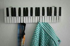 A cute piano key wall hanger. Could be an easy DIY project. Just pick up some clothespins, paint, wood glue, and a board! Music Crafts, Diy Crafts, Vieux Pianos, Music Studio Room, Piano Keys, Diy Décoration, Easy Diy, Wood Glue, Wall Hanger