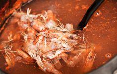 Receta para hacer caldo de gambas o caldo de camarón. Ideal para hacer platos con pescados y mariscos, desde sopas, hasta salsas, paellas y risottos.