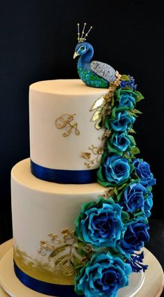 We love the incorporation of a beautiful peacock into this wedding cake
