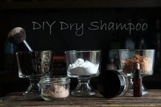 Dry Shampoo Recipe For Dark Hair 2 tablespoons arrowroot powder or non-GMO cornstarch tablespoons cocoa powder drops of scented essential oils (lemon, peppermint, rosemary, bergamot, lemongrass and lime are good options) Diy Shampoo, Homemade Shampoo, Homemade Conditioner, Homemade Masks, Shampoo Bar, Clean Beauty, Diy Beauty, Natural Beauty, Beauty Tricks