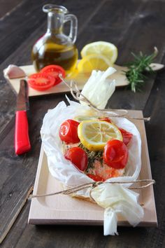 SALMONE AL CARTOCCIO, una ricetta gustosa, veloce e semplicissima da preparare. E' un piatto light, preparato con pochissimi grassi, solo con un filo d'olio d'oliva. #food #secondi #secondipiatti #cena #ideepercena #salmone #pesce #ricetteconsalmone #limone #origano #basilico