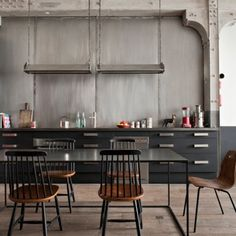 What's not to love? The wall, the lamps, the black kitchen - THE TABLE! etc... Un appartement de caractère au style industriel
