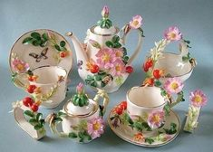 Awwwwwww I would love to have this tea set for my gbabygirls! Vintage Tea, Vintage Dishes, Tea Cup Set, Tea Cup Saucer, China Tea Sets, Teapots And Cups, Teacups, Coffee Set, Chocolate Pots