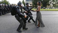 Eine Demonstrantin stellt sich in Baton Rouge (USA) bei einer Protestaktion gegen die Polizei von Louisiana.